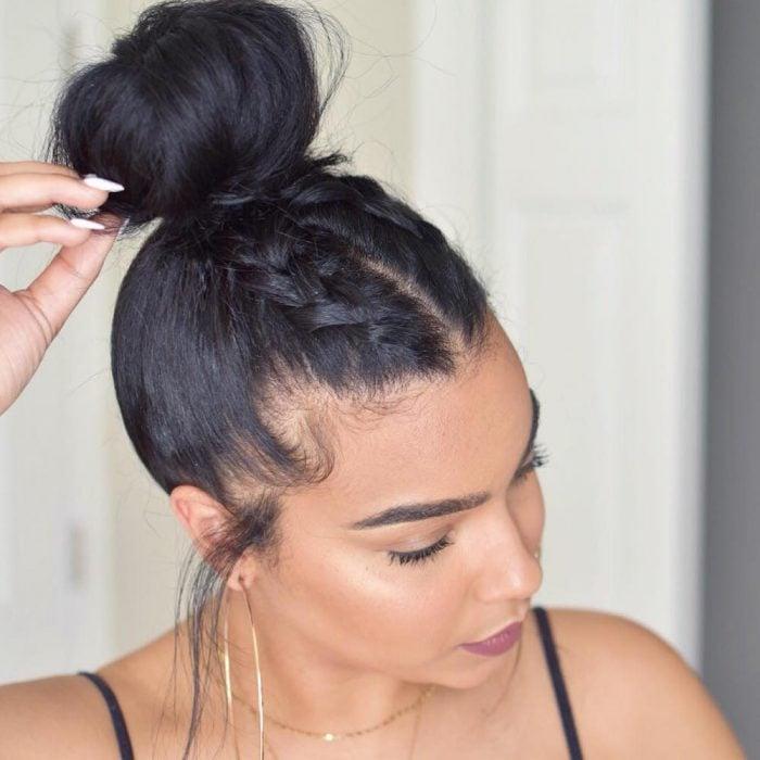 Peinados de chongo superior con trenzas en el frente