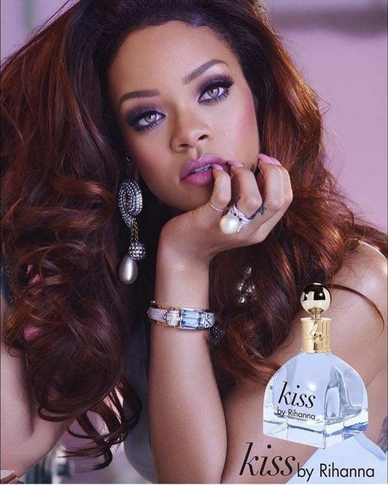 Rihanna presentando su perfume Kiss