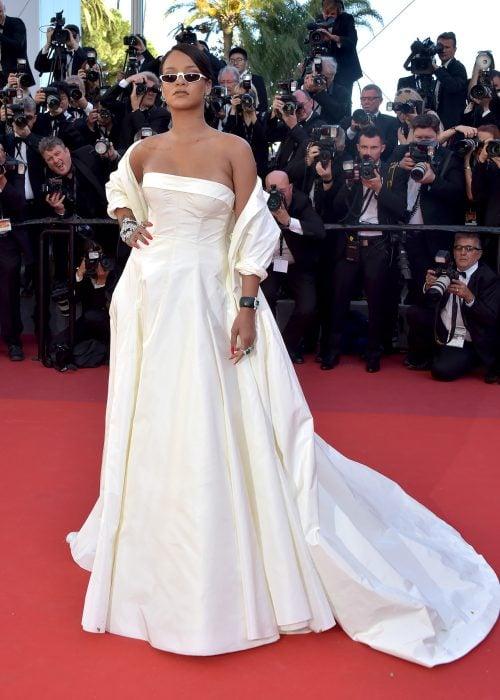 Rihanna usando un vestido blanco durante la presentación de una película en Cannes
