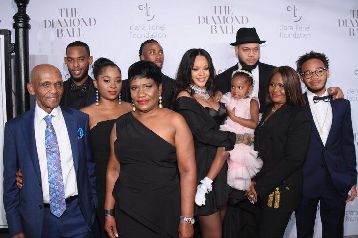 Rihanna junto a su familia
