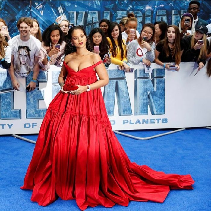 Rihanna usando un vestido rojo en la presentación de valerian
