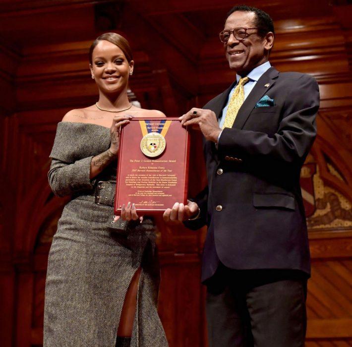 Rihanna recibiendo el premio de humanitaria del año por Harvard