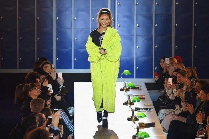 Rihanna presentando su colección de moda en París