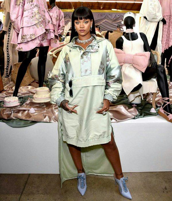Rihanna abriendo su nueva tienda de ropa