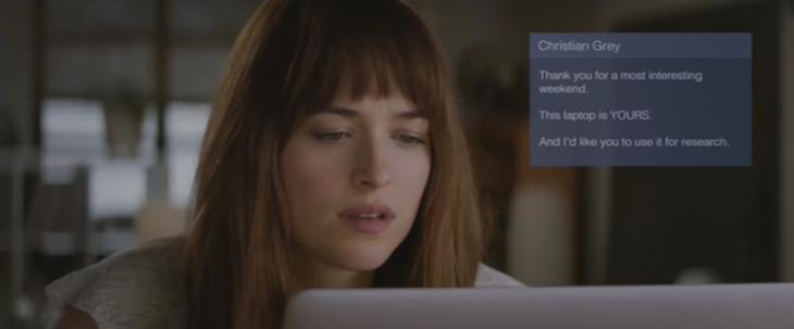 chica usando una computadora