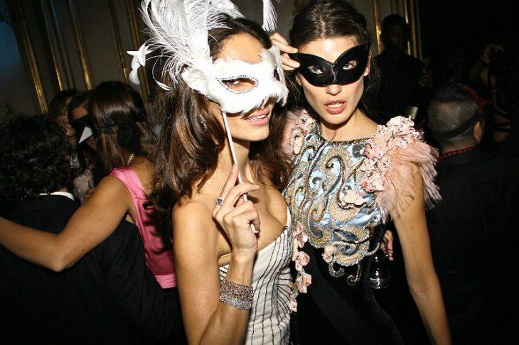chicas bailando con máscaras