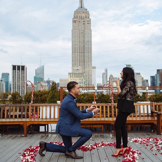 chico pidiendo matrimonio a su novia