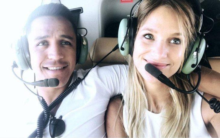 chica sobre un helicóptero