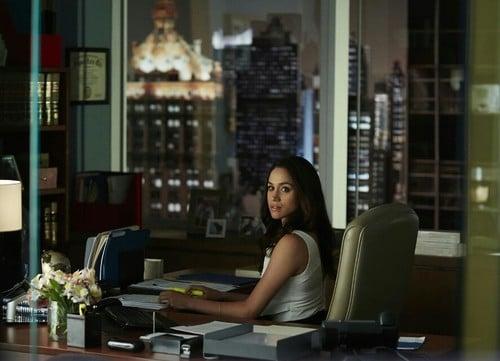 chica trabajando en la oficina