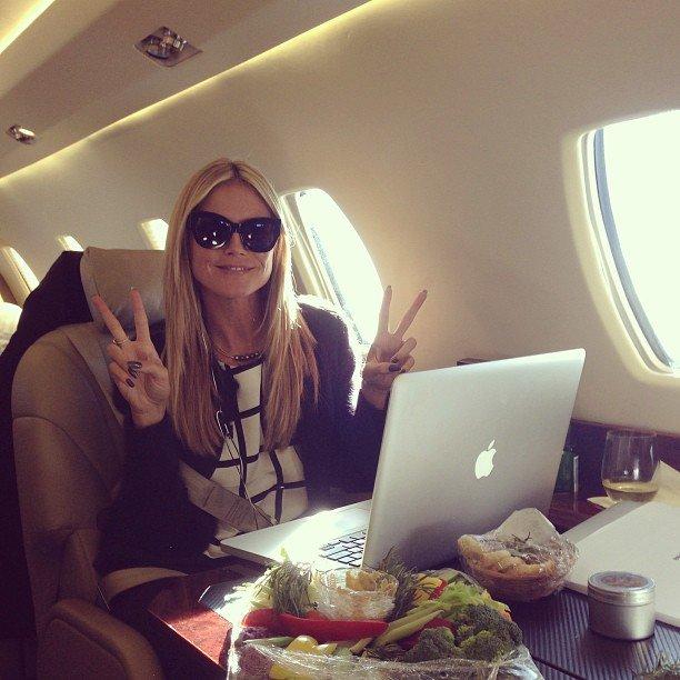 chica viajando en jet