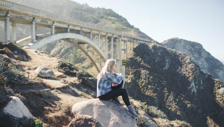 chica sentada sobre rocas