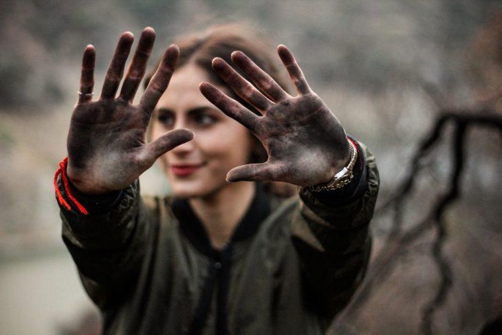chica con la manos sucias