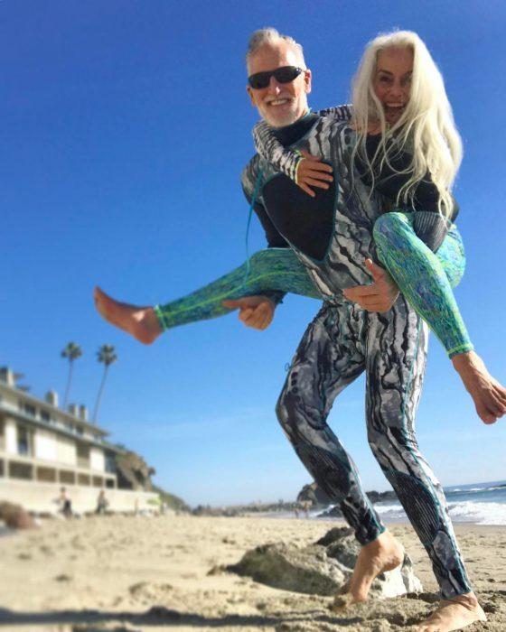 pareja de adultos surfeando