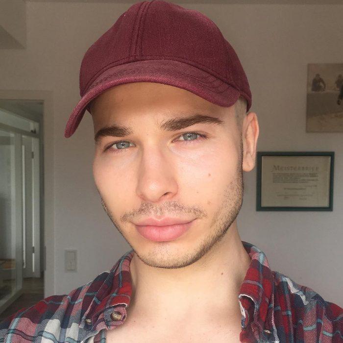 Chico usando gorra