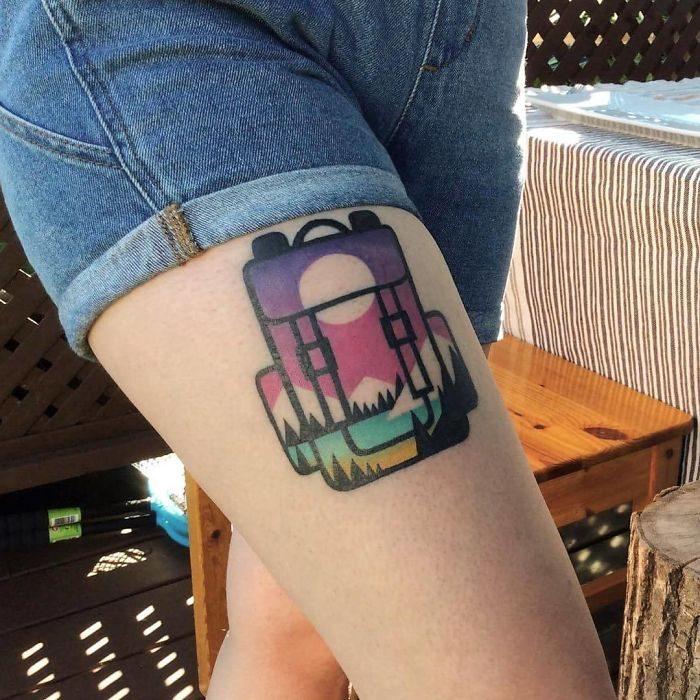 tatuaje de mochila de colores