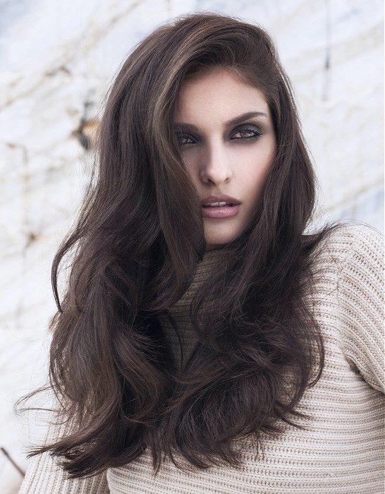 chica con cabello con volumen