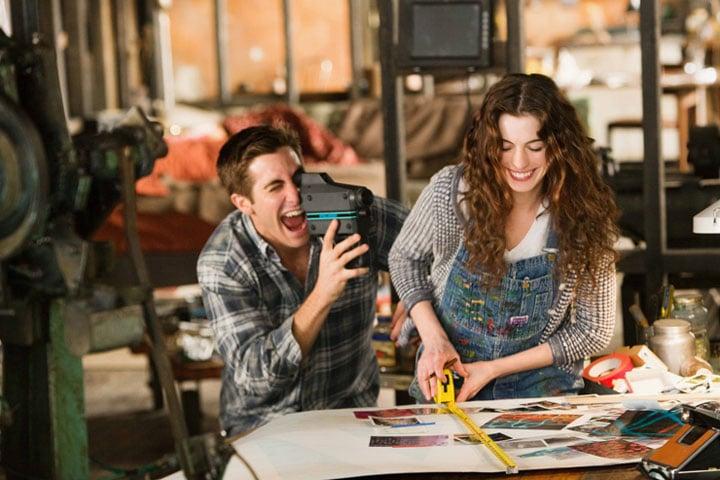pareja de novios jugando