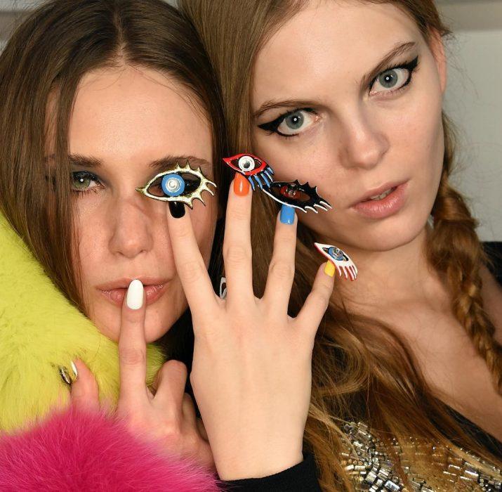 amigas mostrando sus uñas