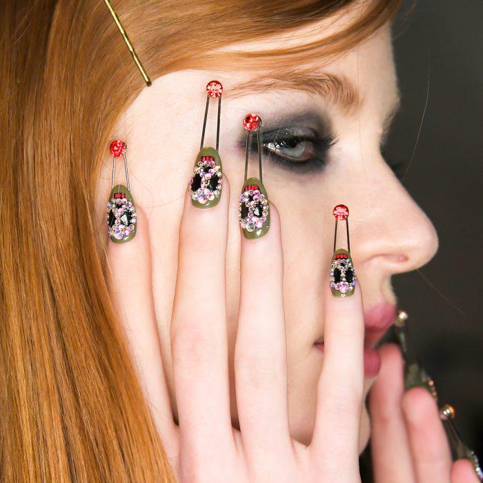 chica con uñas de calavera