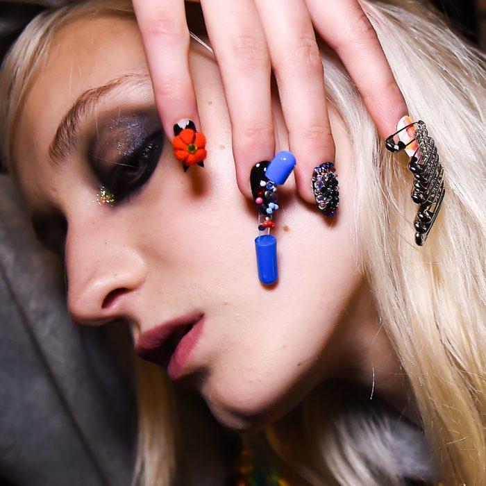 chica mostrando sus uñas