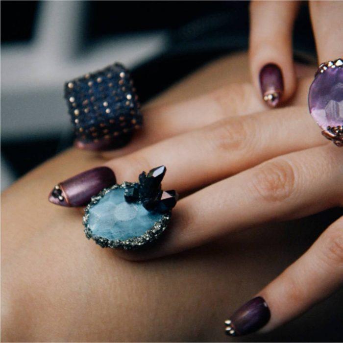 uñas con piedras preciosas