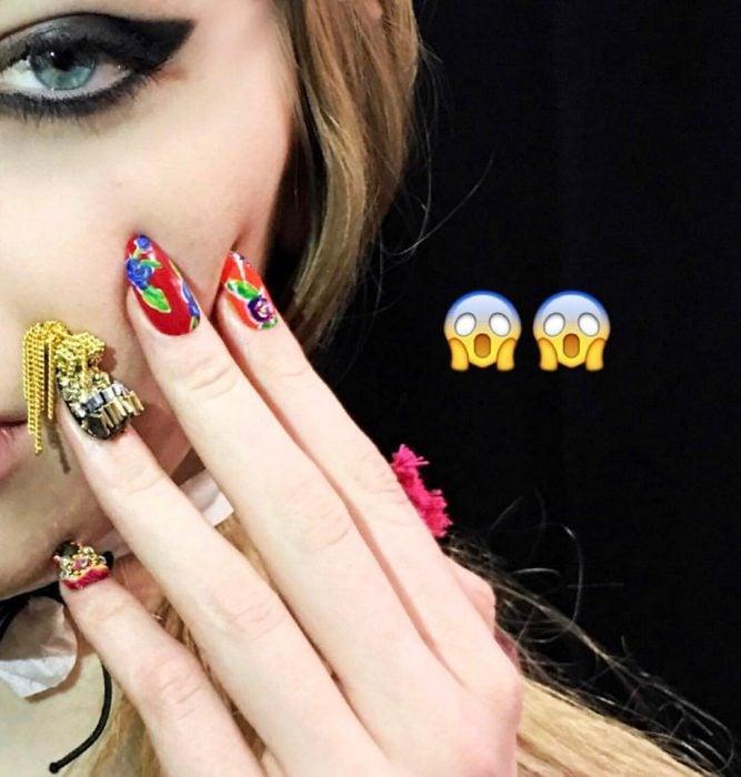chica con uñas chinas