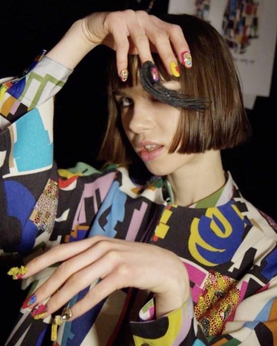 chica usando uñas de cordon