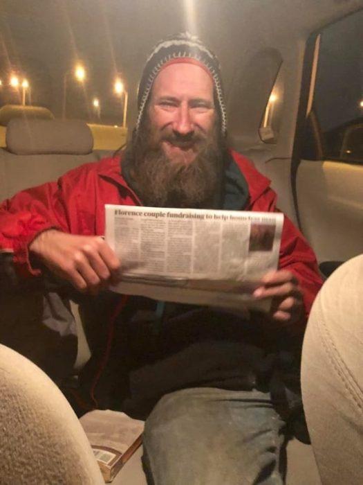 hombre feliz dentro de un auto