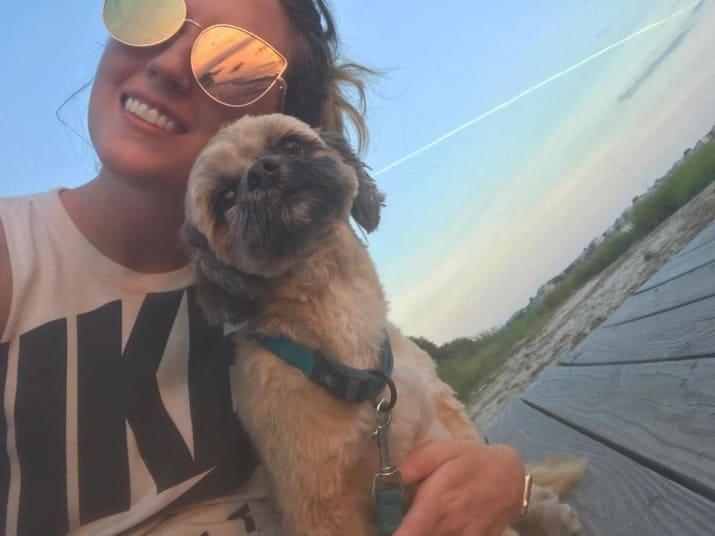 chica cargando a su perro