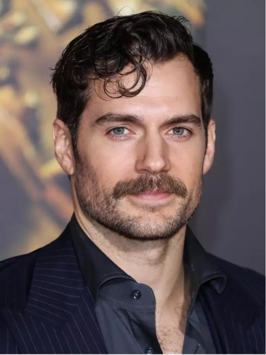 hombre con bigote y camisa negra