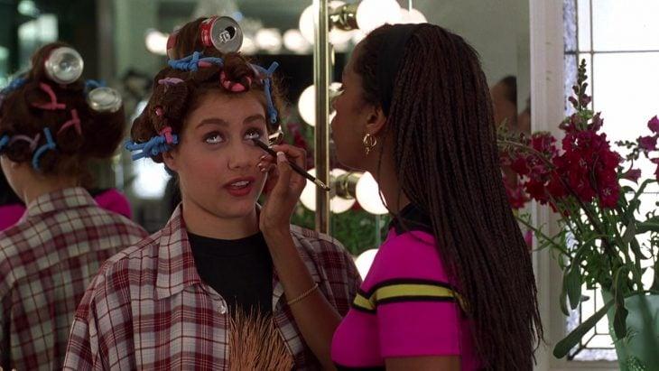 chica ,maquillando a otra chica