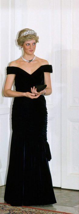Princesa Diana usando un vestido de terciopelo azul