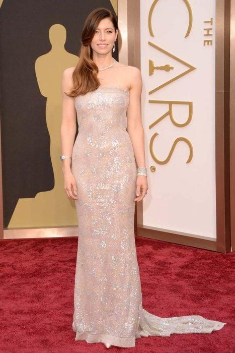 Jessica Biel usando un vestido color nude de Chanel