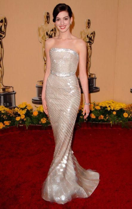Anne Hathaway usando un vestido de Armani Privé