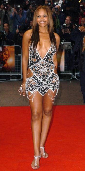 Cantante Samante Mamba usando un vestido de spiderman
