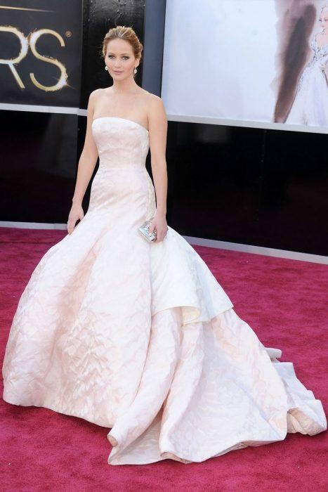 Jennifer Lawrence usando un vestido de Dior que costó 130 mil dólares