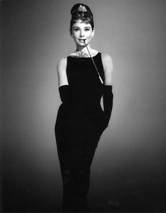 Audrey Hepburn usando un little black dress de 900 mil dólares