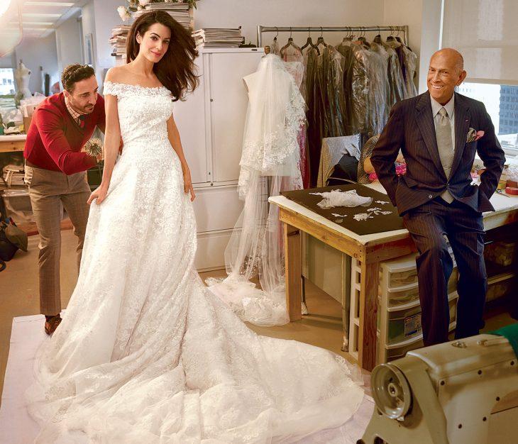 Amal Clooney usando su vestido de novia