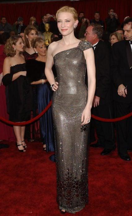 Cate Blanchett usando un vestido gris de Armani Privé