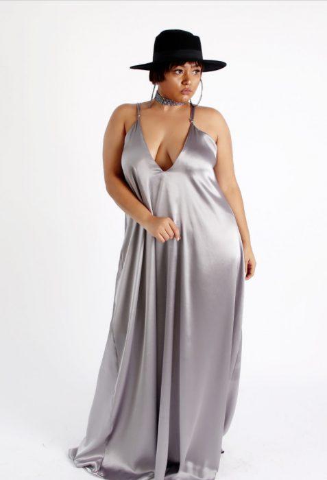 Chica plus size usando un vestido de color plateado