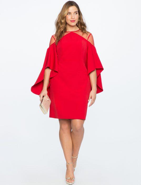 Chica plus size usando un vestido rojo con mangas largas