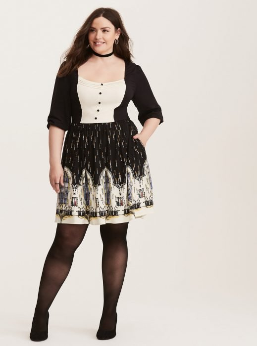 Chica plus size usando un vestido negro con estampados de Harry Potter