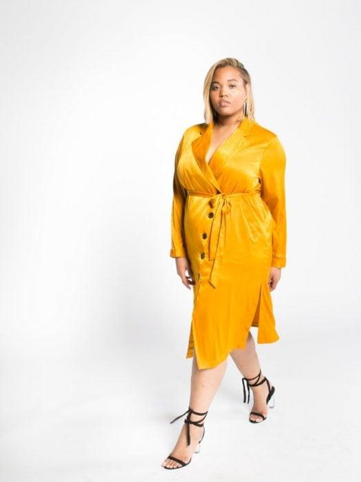 Chica plus size usando un vestido de color amarillo