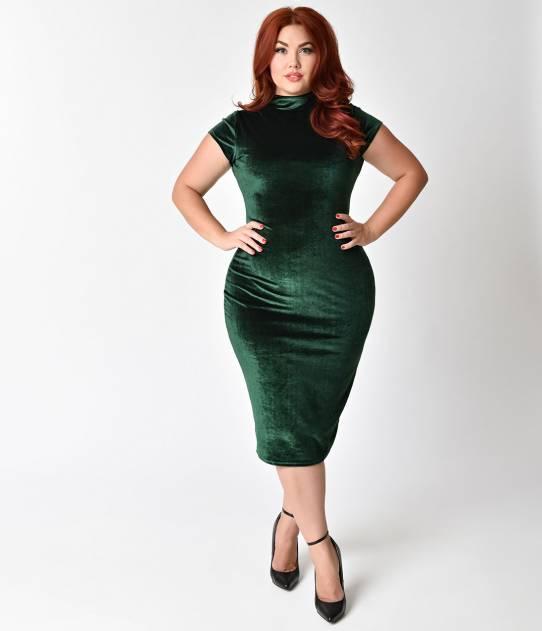 Chica plus size usando un vestido de color verde esmeralda
