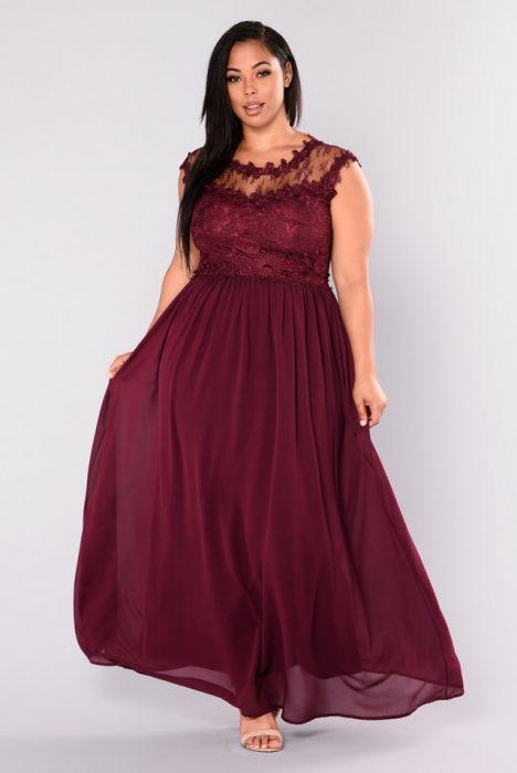 Chica plus size usando un vestido de color rojo