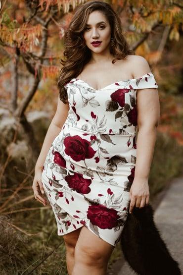Chica plus size usando un vestido de color blanco con estampados florales