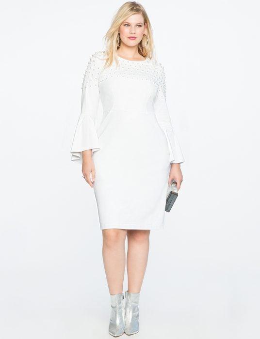 Chica plus size usando un vestido de color blanco con perlas
