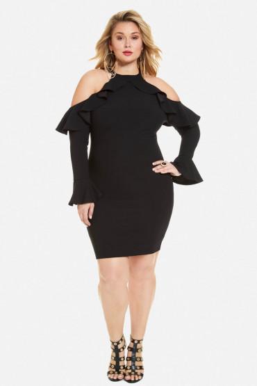 Chica Plus size usando un vestido negro con los hombros descubiertos