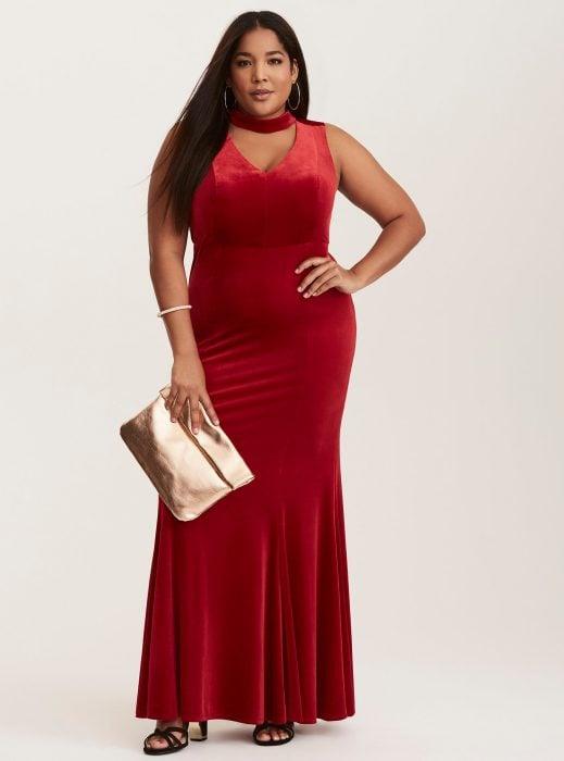 Chica plus size usando un vestido rojo de terciopelo con una gargantilla