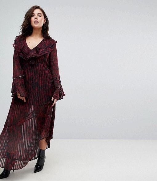 Chica plus size usando un vestido rojo con estampados de leopardo